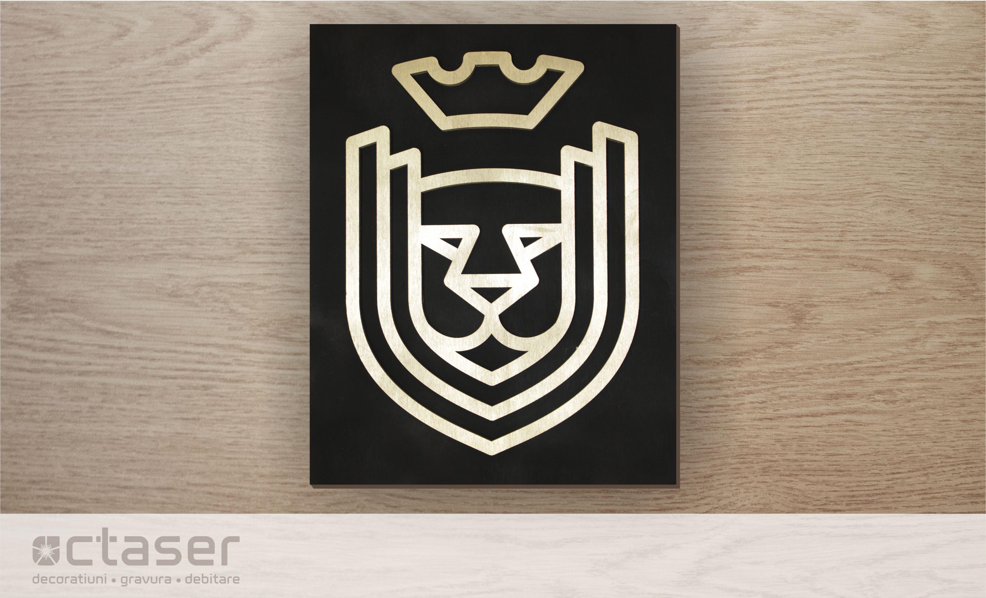 Logo debitat din placaj plop si vopsit auriu pe placa suport lemn