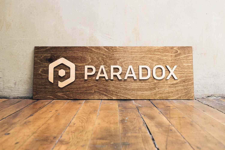 placa branding paradox